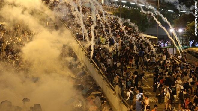 TQ dùng dùi cui điện, đạn cay để dẹp biểu tình - Thực phẩm An Tâm