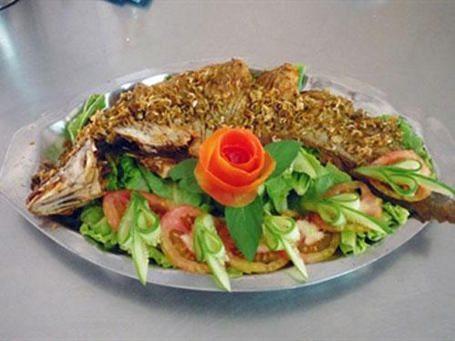 Trưng bày cá ra dĩa với các loại rau quả ăn kèm - Thực phẩm An Tâm