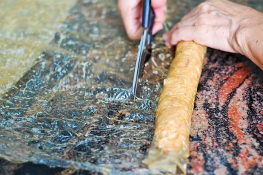 cắt phần dư - chả cua cuộn