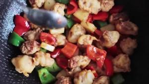 Bỏ nguyên liệu vào hỗn hợp xốt - Thực phẩm An Tâm